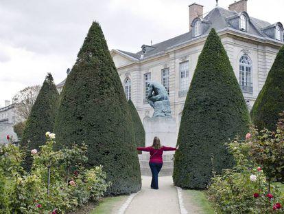 Uma turista posa nos jardins do Museu Rodin, em Paris, em setembro de 2015.
