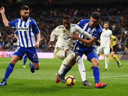 Vinicius Junior dribla dois adversários do Alavés.