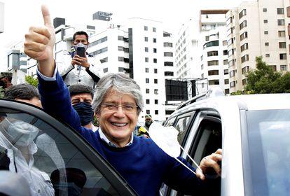 O candidato Guillermo Lasso saúda seus simpatizantes em 12 de fevereiro, em Quito.