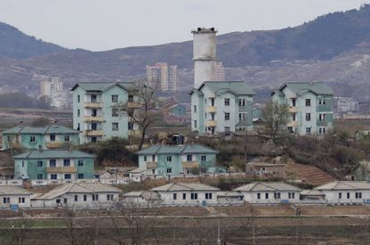 A vila norte-coreana de Gijungdong vista desde Taesungdong