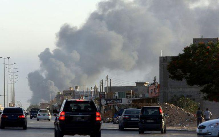 Uma coluna de fumaça em Trípoli, na quinta-feira.