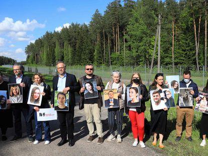 Membros do Repórteres Sem Fronteiras posam na fronteira da Lituânia com Belarus com fotos de jornalistas bielorussos detidos pelo governo Alexandr Lukashenko.