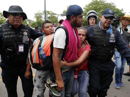 Policiais mexicanos detém migrantes latinos na fronteira entre a Guatemala e o México, em Metapa (Estado de Chiapas), nesta quinta-feira.