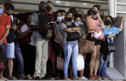 Passageiros aguardam por um ônibus no Rio de Janeiro na sexta, 5 de março.