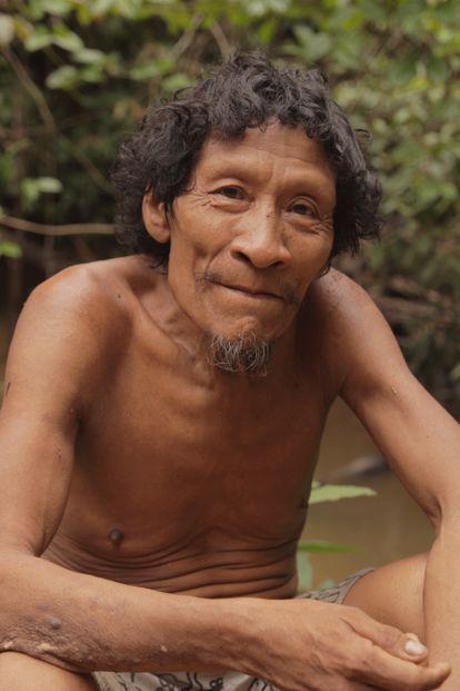 Karapiru Awá é fotografado ao lado de um rio.