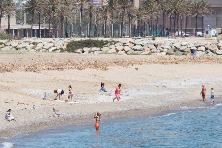 Praia de Sant Adrià de Besòs, município vizinho a Barcelona, nesta quinta-feira, 7 de maio.