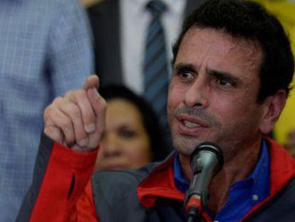 Oposição convoca população a sair para as ruas na quarta-feira e anuncia ofensiva contra decisão de suspender a coleta de assinaturas para referendo revogatório de Maduro