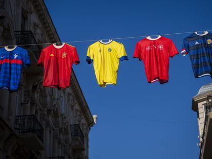 Camisas de França, Espanha, Suécia, Suíça e Escócia em Baku, Azerbaijão, uma das sedes do torneio.