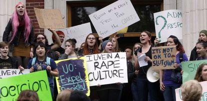 Estudantes da Universidade do Oregon protestam em maio passado.