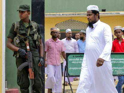 Soldado vigia a entrada de uma mesquita em Kattankudy