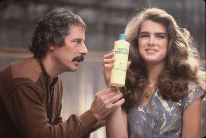 Brooke Shields se tornou um ídolo depois do sucesso de 'A Lagoa Azul'. Nesta imagem de 1980 ela participa da campanha publicitária de um xampu.