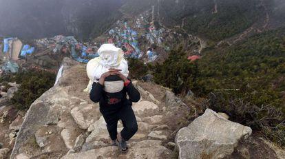 Sherpa nepalês no dia 18 de abril em Namche Bazar (Everest)