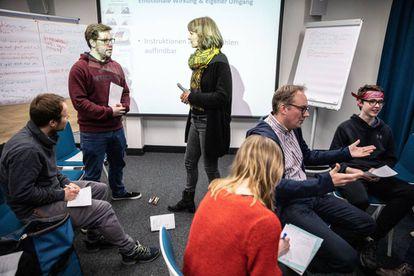 Grupo de alemães participa de curso para aprender a rebater argumentos populistas na Central Regional para a Formação Política, em Berlim.