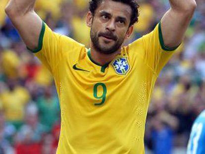 Fred pede o apoio da torcida no jogo contra o México.