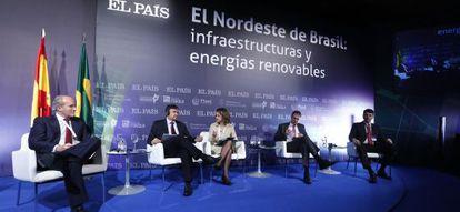 Da esquerda para a direita, Julián Núñez, presidente da Seopan; Wellington Dias, governador do Piauí; Flávia Marreiro, subeditora do EL PAÍS Brasil; Camilo Santana, governador do Ceará e Ted Lago, presidente do Puerto de Itaqui.