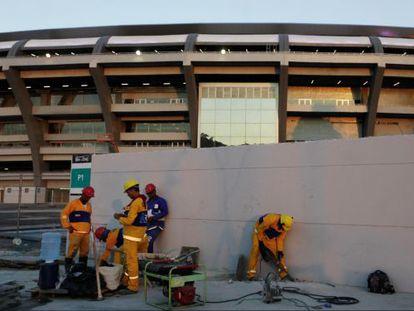 Trabalhadores no Maracanã em junho, no Rio de Janeiro.