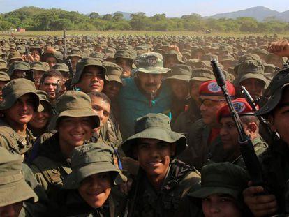 Maduro posa com soldados das Forças Armadas, no sábado, no centro de treinamento José Laurencio Silva, no Estado de Cojedes. Em vídeo, o líder chavista discursa aos militares.