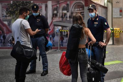 Policiais pedem o certificado verde para acesso ao transporte entre regiões nesta quarta-feira em Torino.