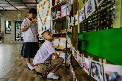 Colegas de um dos meninos presos fazem homenagem na entrada da escola em que estudam nesta segunda-feira