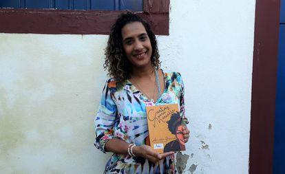 Anielle com seu livro na FLIP.