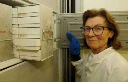 A doutora Anne McLaren, no Museu de História Natural de Londres. GETTY