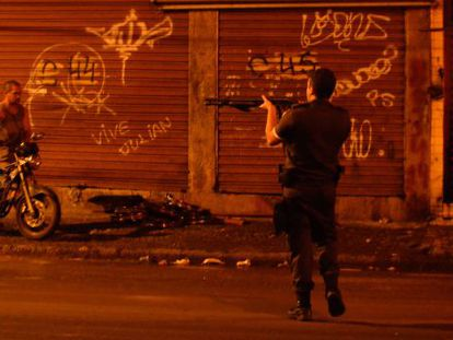 Confronto durante protesto contra a desocupação da Favela do Metrô-Mangueira, na zona norte do Rio.