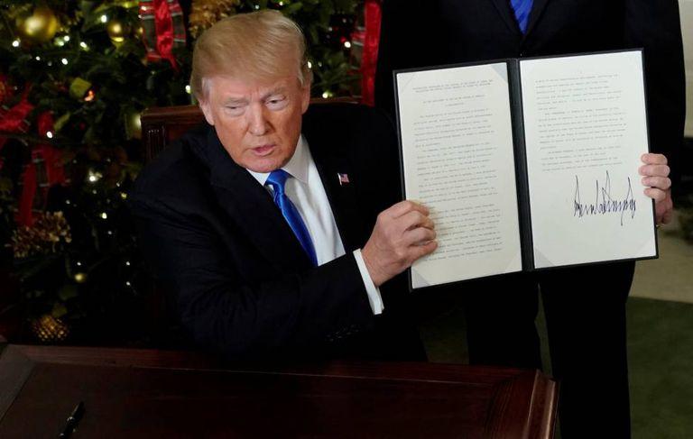 Trump exibe a decisão em que os EUA reconhecem Jerusalém como capital de Israel.