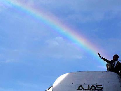 Obama antes de entrar no avião presidencial, em abril de 2015 na Jamaica.