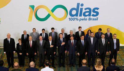 Bolsonaro posa ao lado de sua equipe ministerial no evento que celebrou 100 dias de Governo, em Brasília, na última quinta-feira.