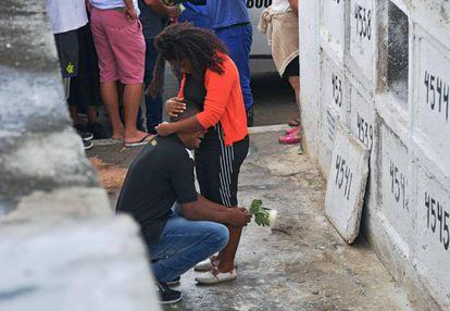 Pais de Ágatha choram durante velório da menina, no Rio de Janeiro
