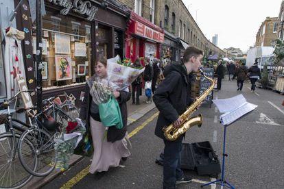 Oliver, um jovem músico, toca na Columbia Road.