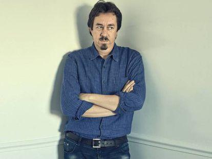 """Com a máscara posta, Pedro Mairal posa para o EL PAÍS em um corredor do hotel 7 Islas de Madri. """"Nunca me vi assim, mas hoje venho vestido de escritor"""", reconhece."""