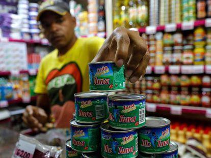 Latas de atum em um supermercado da Venezuela.