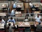 Un grupo de personas come en un restaurante de Hong Kong siguiendo las normas de distanciamiento social impuestas para evitar más contagios por coronavirus. 13/09/2020