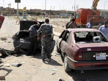 Policiais iraquianos inspecionam o local depois da explosão de uma bomba em Kirkuk.