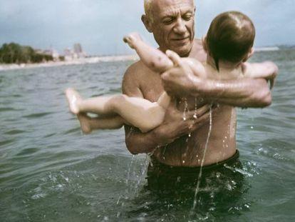 O pintor Pablo Picasso brinca com seu filho Claude, no mar de Vallauris, França (1948).