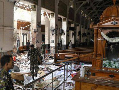 Interior da igreja de Santo Antônio, em Colombo, depois de uma da explosões.