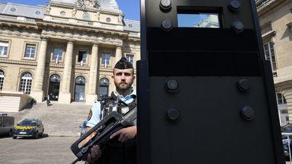 Um agente vigia o Palácio de Justiça de Paris, onde começa nesta quarta-feira o julgamento pelos atentados de 13 de novembro de 2015.
