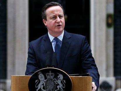 David Cameron diante da residência oficial de Downing Street, neste sábado.