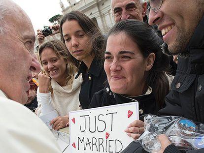 O Papa junto a um casal recém casado no Vaticano.