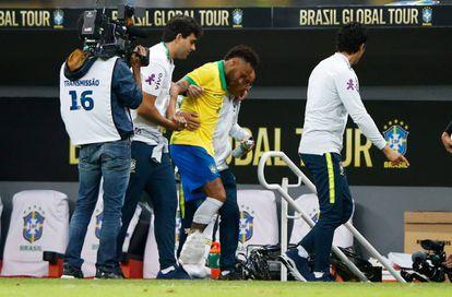 Neymar deixa o campo machucado durante o amistoso Brasil x Catar, nesta quarta-feira. /
