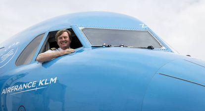 O rei da Holanda em um avião da KLM no aeroporto de Schiphol, próximo a Amsterdã.