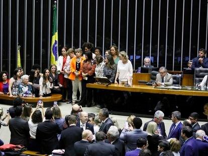 Fernanda Melchionna, rodeada de outras deputadas, discursa no plenário da Câmara em fevereiro passado.