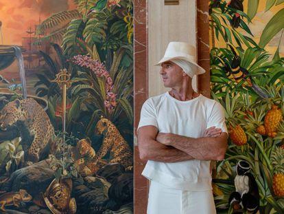 O empresário argentino Alan Faena diante de um afresco do artista Juan Gatti, em seu hotel de Miami Beach