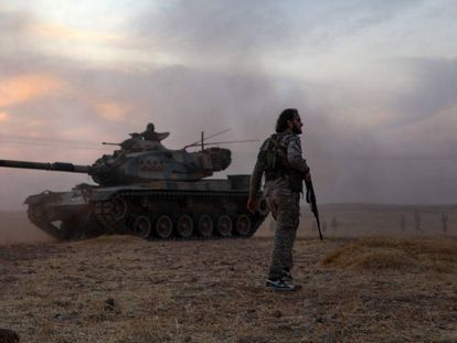 Soldados em torno de um tanque turco no norte de Síria.