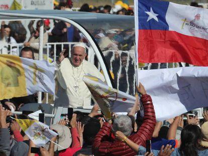 Francisco saúda fiéis ao chegar a Temuco, no Chile.