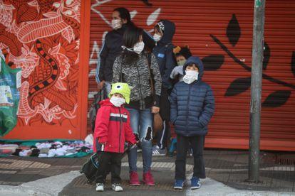 Uma família perto de uma estação de metrô em São Paulo na segunda-feira.