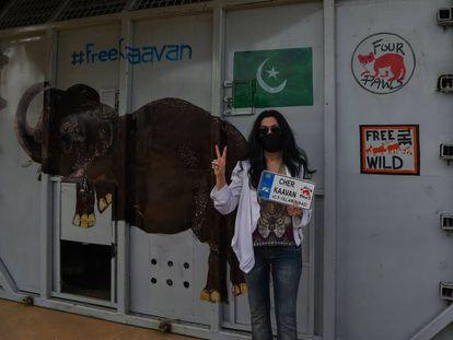 Cher posa junto ao abrigo no qual Kaavan foi transportado durante a sua viagem ao Camboja