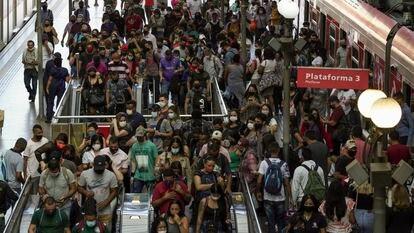 Aglomeração na plataforma da CPTM na Estação da Luz, no Centro de São Paulo, nesta segunda-feira (15)