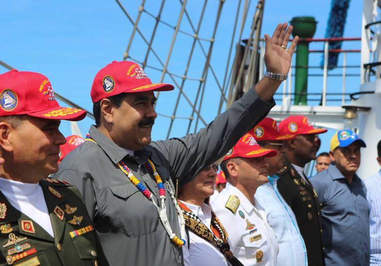 Maduro na sexta-feira passada com oficiais em La Guaira (Venezuela).